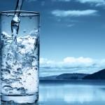 Apa alcalină ionizată superhidratează și detoxifică